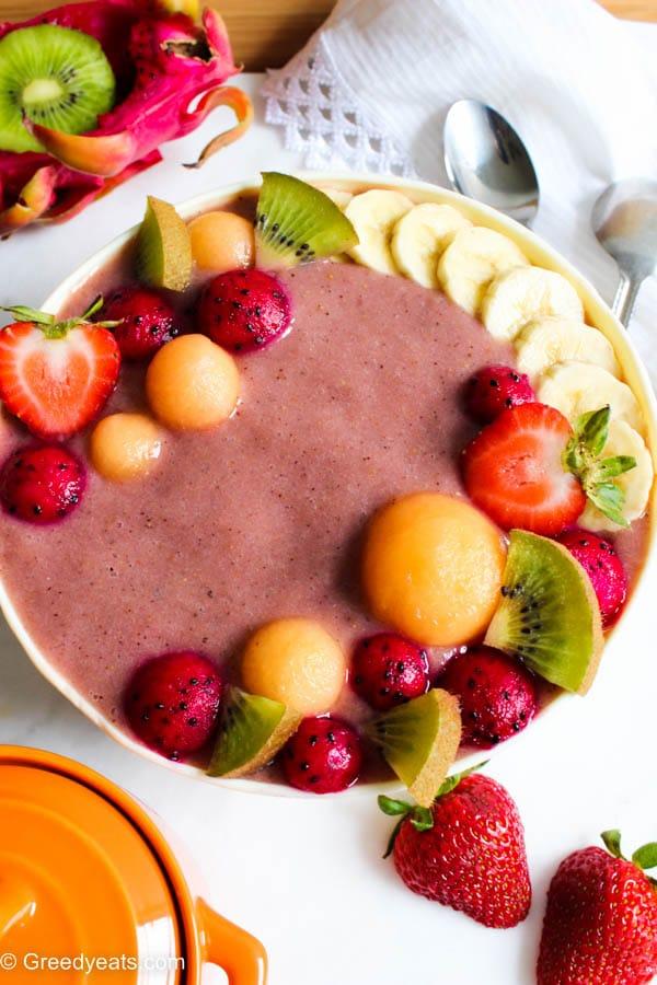 Healthy kiwi strawberry smoothie bowl recipe