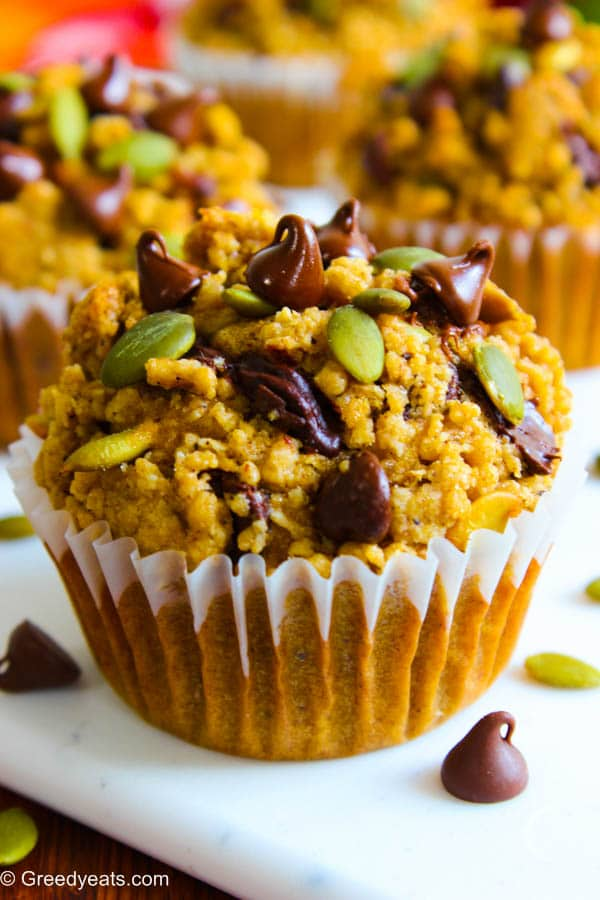 Pumpkin applesauce muffins with pumpkin spice crumb