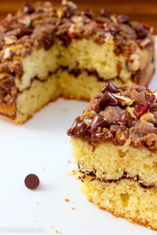 Soft and buttery texture, piled high cinnamon crumb topping and a layer of chocolate comes together in this cinnamon crumb coffee cake recipe.