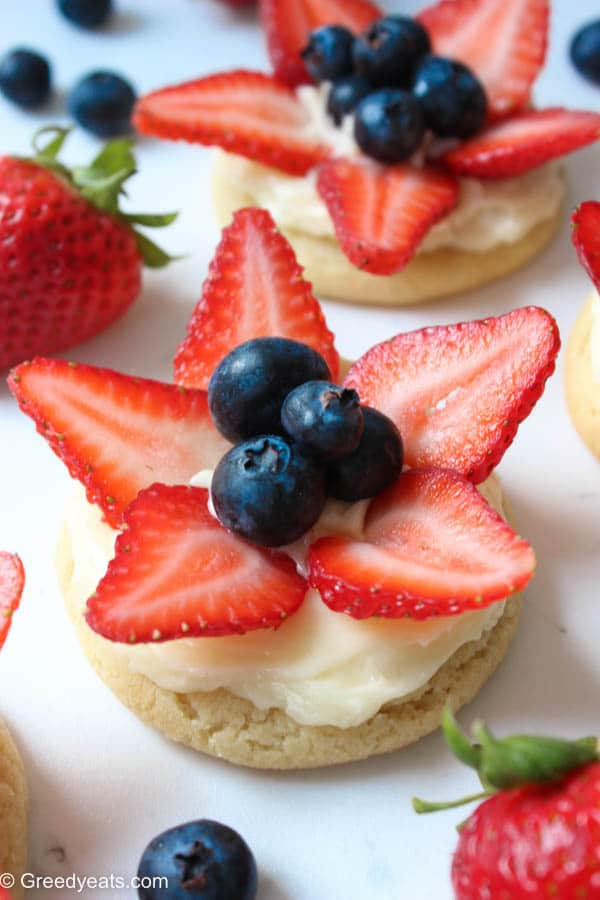 Easy fruit pizza cookies on greedyeats.com If you love mini desserts then try my mini fruit pizza cookies for your next summer party dessert.