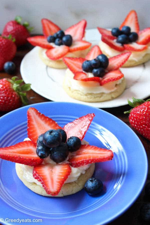 If you like giant fruit pizza then you will love these mini fruit pizza cookies all dressed up as patriotic cookies!